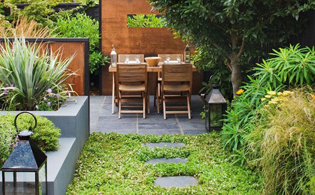 Smalle woonkamer kleine for Kleine achtertuin inrichten